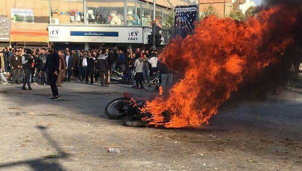 Goryaщiy mototsikl vo vremya protestov v Irane  - Sputnik Oʻzbekiston