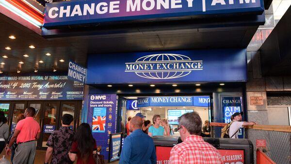 Офис обмена валют на площади Таймс-сквер в Нью-Йорке. - Sputnik Узбекистан