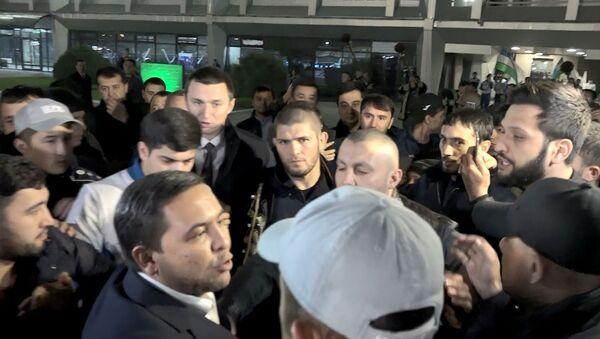 Встреча Хабиба Нурмагомедова в аэропорту Ташкента - Sputnik Узбекистан
