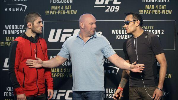 Президент UFC Дана Уайт стоит между бойцами Тони Фергюсоном и Хабибом Нурмагомедовым. Архивное фото - Sputnik Ўзбекистон