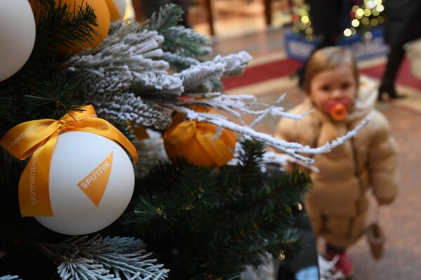 Елочный шар с логотипом Sputnik на цифровой елке Sputnik в ГУМе - Sputnik Узбекистан