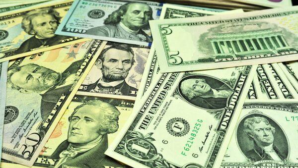 Банкноты долларов США различного достоинства - Sputnik Узбекистан