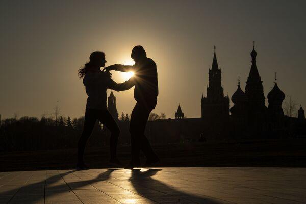 People dancing in Zaryadye Park in Moscow - Sputnik Ўзбекистон