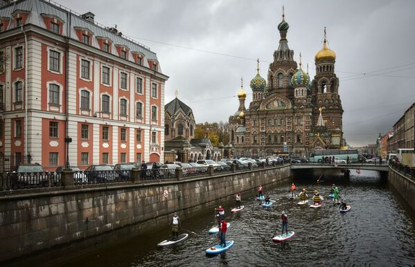 People surfing through the Griboyedov Canal during the first SUP festival in St. Petersburg - Sputnik Ўзбекистон