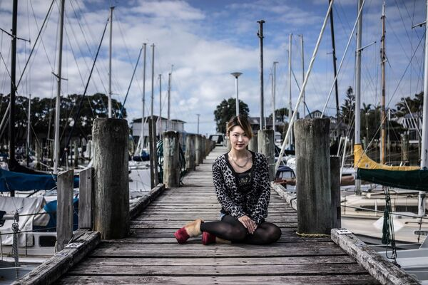 A young woman on a bridge in Auckland, New Zealand - Sputnik Ўзбекистон
