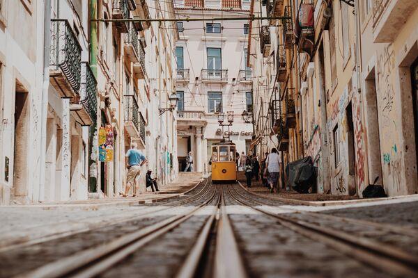 A tram on a Lisbon street, Portugal - Sputnik Ўзбекистон