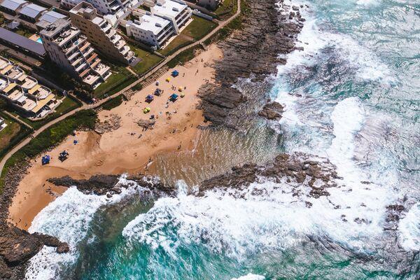 A drone view on an ocean coastline in Durban,  South Africa - Sputnik Ўзбекистон