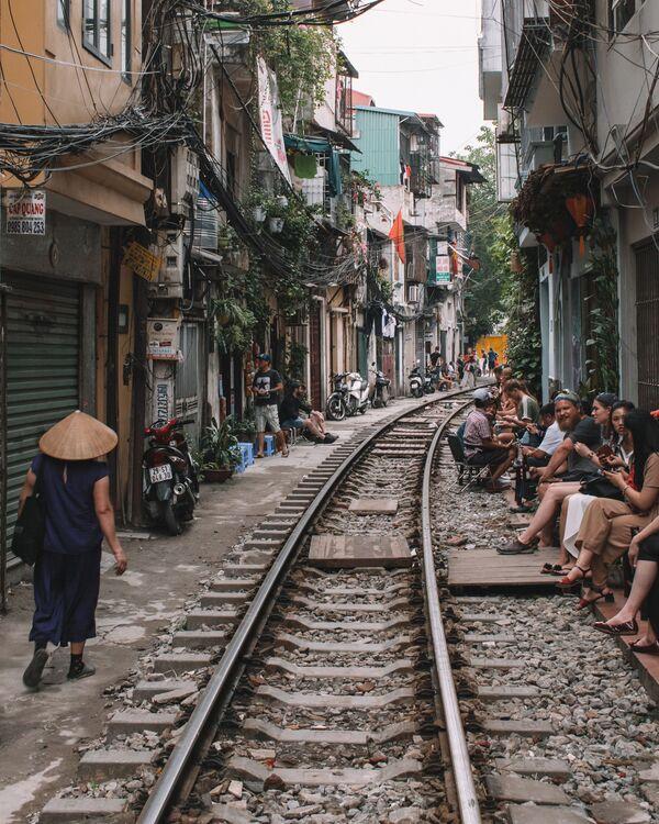 Local citizens and tourists on a street of Hanoi, Vietnam - Sputnik Ўзбекистон