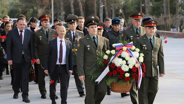 В Ташкенте прошло возложение цветов в День Неизвестного солдата - Sputnik Узбекистан