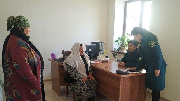 Сотрудники ГУВД Ташкента помогли женщине, о бедственном положении которой сообщили пользователи социальных сетей - Sputnik Ўзбекистон