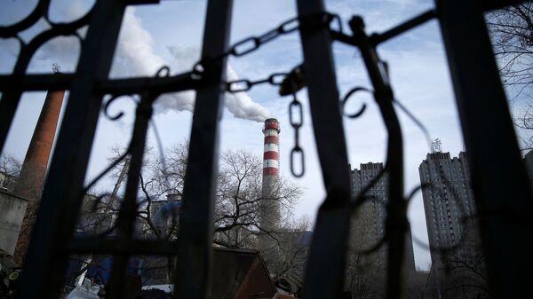 Труба угольной отопительной станции в Харбине, провинция Хэйлунцзян, Китай  - Sputnik Узбекистан