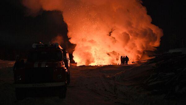 Пожарная машина рядом с местом возгорания. Иллюстративное фото - Sputnik Ўзбекистон