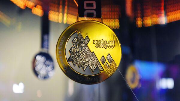 Золотая медаль зимних Олимпийских игр в Сочи 2014 года на выставке в Российском международном олимпийском университете - Sputnik Узбекистан
