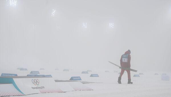 Российский спортсмен Александр Большунов, завоевавший серебряную медаль в масс-старте на 50 км классическим стилем на соревнованиях по лыжным гонкам среди мужчин на XXIII зимних Олимпийских играх - Sputnik Узбекистан