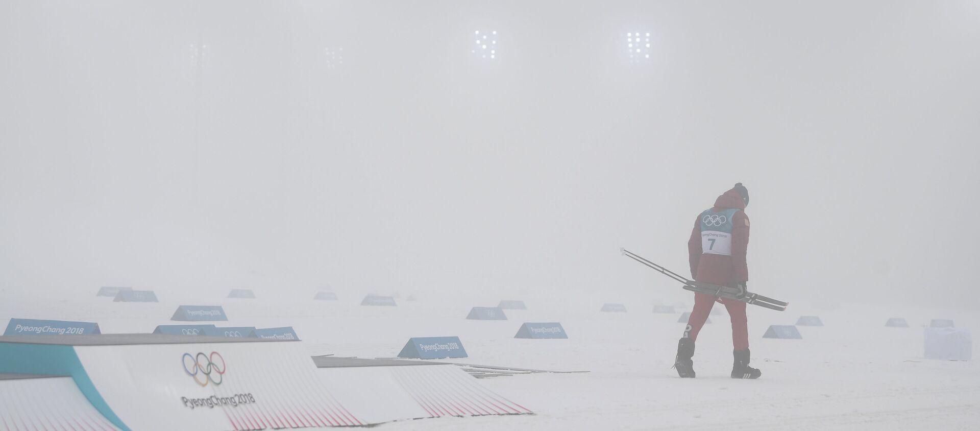 Российский спортсмен Александр Большунов, завоевавший серебряную медаль в масс-старте на 50 км классическим стилем на соревнованиях по лыжным гонкам среди мужчин на XXIII зимних Олимпийских играх - Sputnik Узбекистан, 1920, 10.12.2019