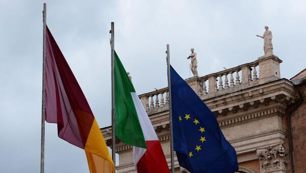 Флаги Рима, Италии, Евросоюза (слева направо) у Нового Дворца на Капитолийской площади в Риме - Sputnik Узбекистан