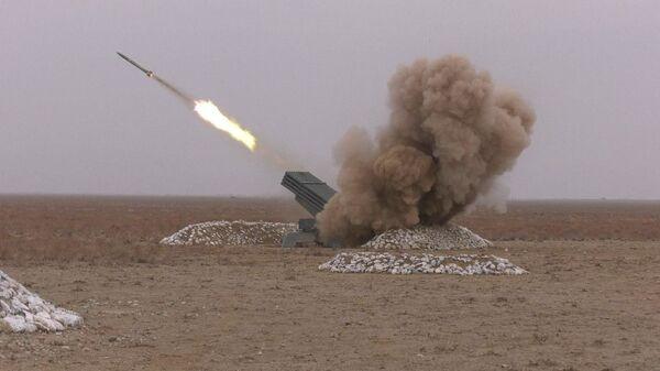 Тактические учения и стрельбы на полигоне Каттакурган в Узбекистане - Sputnik Узбекистан