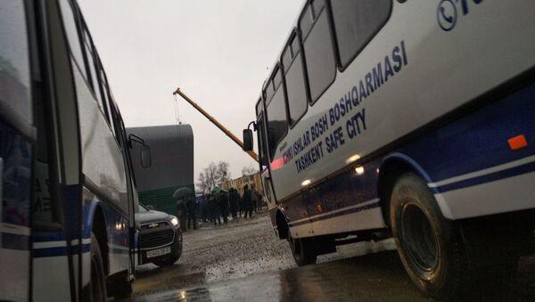 Avtobusы GUVD g. Tashkenta na meste obrusheniya stroyaщeysya vetki metro - Sputnik Oʻzbekiston