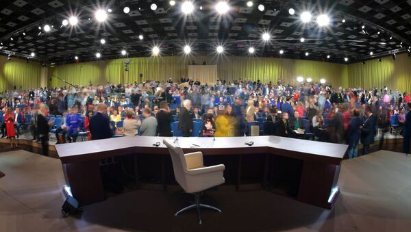 Журналисты перед началом ежегодной большой пресс-конференции президента РФ Владимира Путина в Центре международной торговли на Красной Пресне - Sputnik Узбекистан