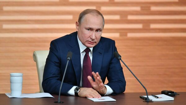 Prezident Rossii Vladimir Putin vo vremya svoyey yejegodnoy press-konferentsii v Moskve - Sputnik Oʻzbekiston