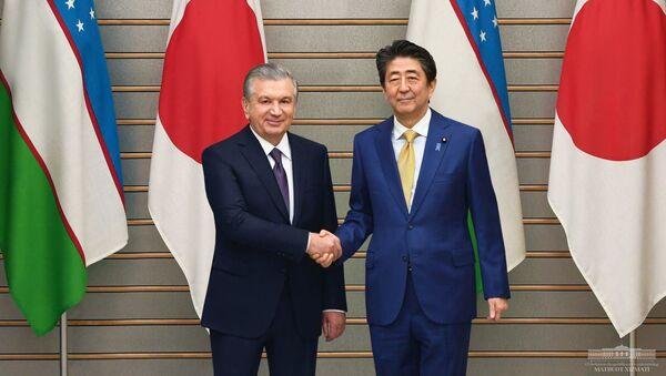 Президент Узбекистана Шавкат Мирзиёев и премьер Японии Синдзо Абэ - Sputnik Узбекистан