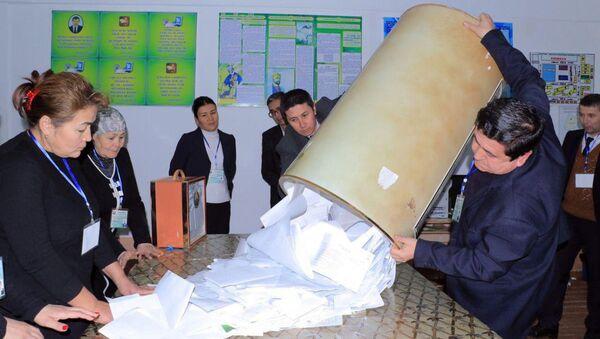 Podschet golosov na parlamentskix vыborax v Uzbekistane. - Sputnik Oʻzbekiston
