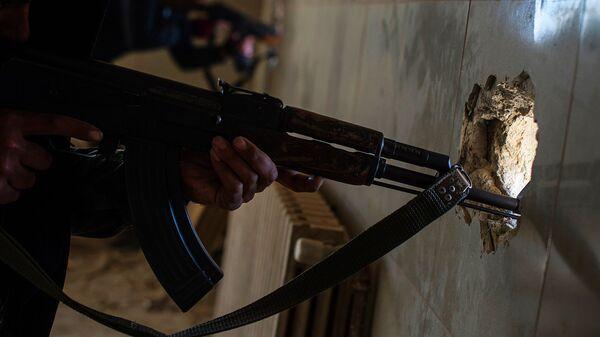 Автомат в руках члена незаконного вооруженного формирования - Sputnik Ўзбекистон