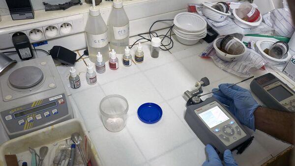 Лаборант проводит химический анализ взрывчатого вещества - Sputnik Узбекистан