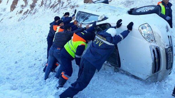 3 avtomobilya upali s obrыva na perevale Kamchik - Sputnik Oʻzbekiston