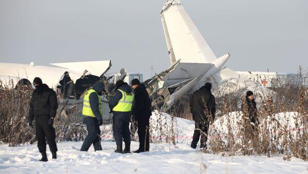 Сотрудники спасательной службы и полиции на месте крушения самолета Fokker 100 в Казахстане - Sputnik Узбекистан