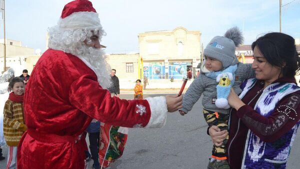 Парад Дедов Морозов в Бухаре - Sputnik Узбекистан