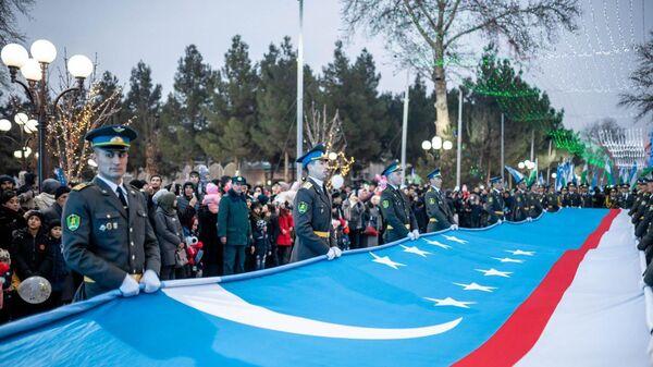 В Коканде появился свой гигантский флаг Республики Узбекистан  - Sputnik Ўзбекистон
