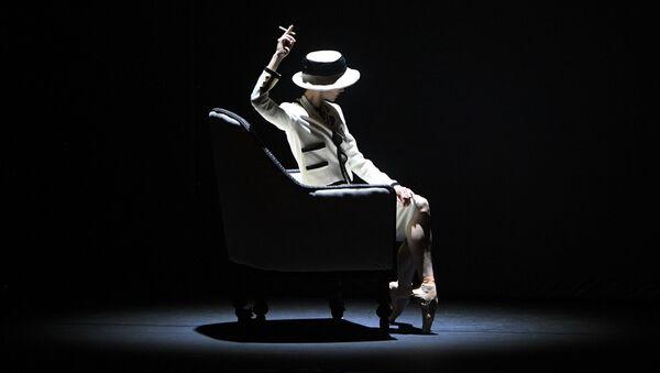 Танцовщица Светлана Захарова в сцене из одноактного балета Gabrielle CHANEL на исторической сцене Большого театра - Sputnik Узбекистан