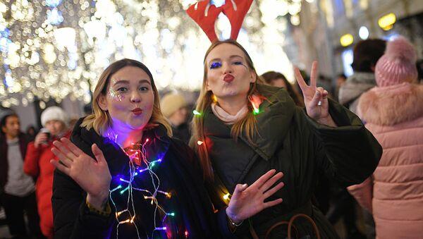 Девушки встречают Новый год на Никольской улице в Москве - Sputnik Ўзбекистон