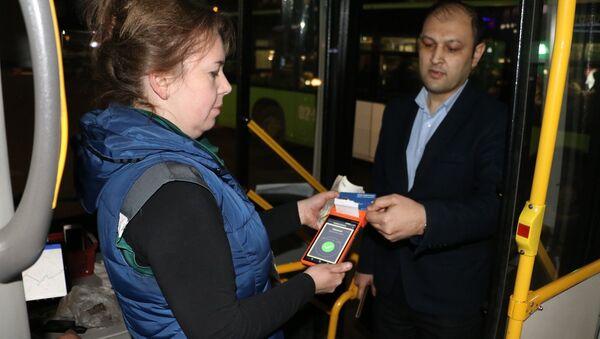 В автобусах Ташкента заработали единые транспортные карты. - Sputnik Ўзбекистон