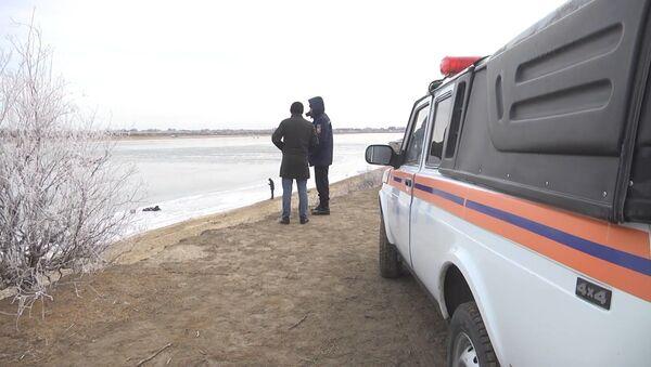 Полицейские в Казахстане спасли троих провалившихся под лед подростков - Sputnik Узбекистан