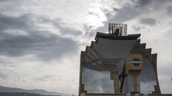 Большая солнечная печь мощностью 1000 кВт НПО Физика-Солнце АН РУз в поселке Солнце, Ташкентской области в Узбекистане. - Sputnik Узбекистан