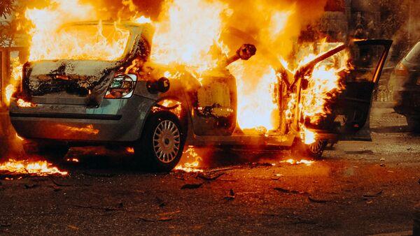 Горящий автомобиль. Иллюстративное фото - Sputnik Узбекистан