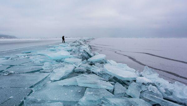 Led na beregu ozera Baykal - Sputnik Oʻzbekiston