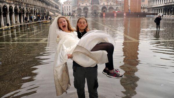 Жених с невестой на руках во время наводнения в Венеции  - Sputnik Узбекистан