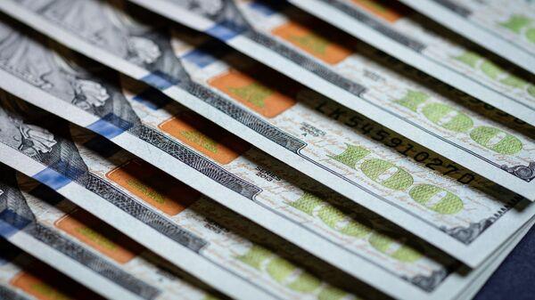 Купюры американских долларов - Sputnik Ўзбекистон