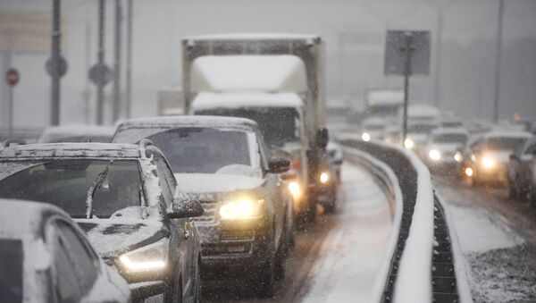 Автомобили во время снегопада - Sputnik Ўзбекистон