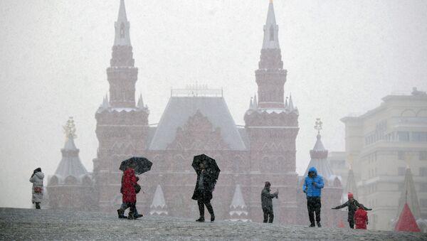 Отдыхающие на Красной площади в Москве - Sputnik Ўзбекистон