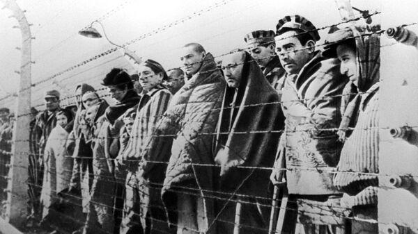 Uzniki kontsentratsionnogo lagerya Osventsim, osvobojdennыe voyskami Krasnoy armii v yanvare 1945 goda - Sputnik Oʻzbekiston