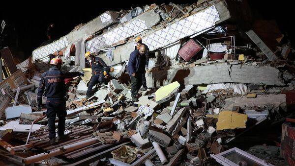 На месте обрушения здания в Элязыге, восточная Турция  - Sputnik Узбекистан