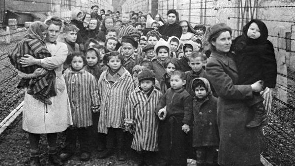Советские врачи и представители Красного Креста среди узников Освенцима в первые часы после освобождения лагеря - Sputnik Ўзбекистон