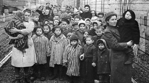 Советские врачи и представители Красного креста среди узников Освенцима в первые часы после освобождения лагеря - Sputnik Узбекистан