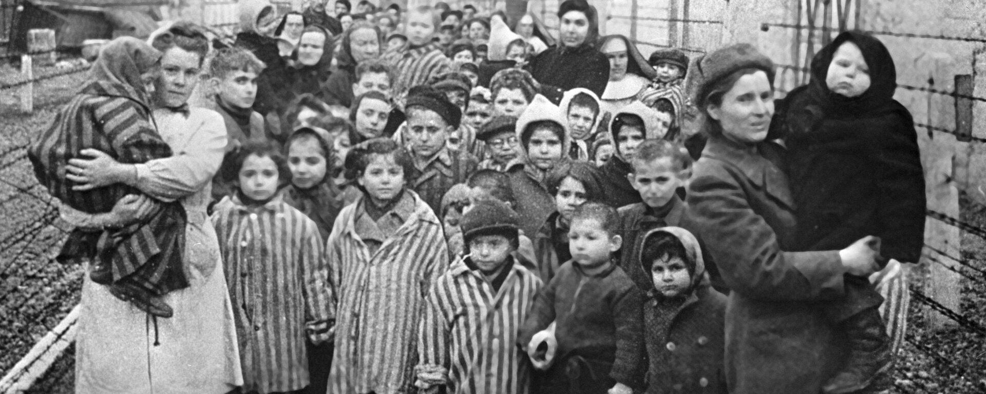 Советские врачи и представители Красного креста среди узников Освенцима в первые часы после освобождения лагеря - Sputnik Узбекистан, 1920, 29.01.2020