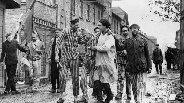 Освобождение советскими войсками узников немецко-фашистского концлагеря Аушвиц-Биркенау - Освенцим, Польша - Sputnik Узбекистан