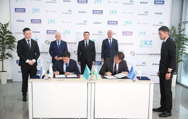 Руководитель компании Узавтосаноат Шавкат Умурзаков и председатель правления экспортно-страховой компании KazakhЕxport Руслан Искаков подписали договор о сотрудничестве - Sputnik Узбекистан